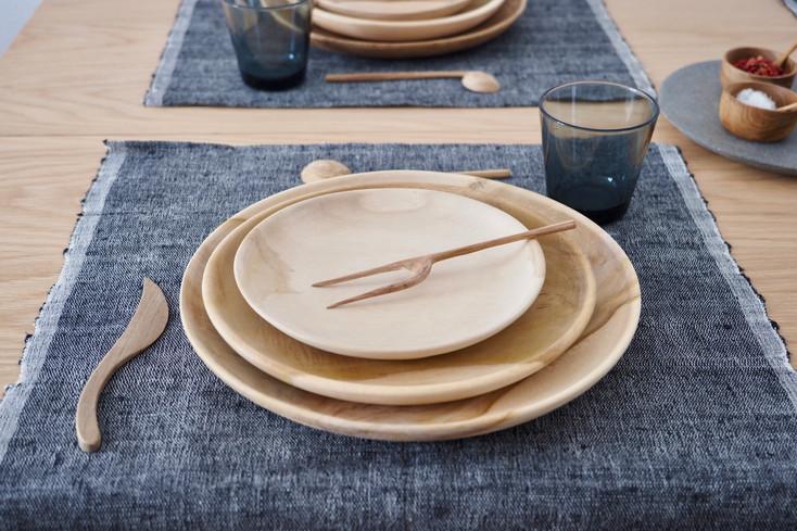 chemin-de-table-&-assiettes-bois.jpg