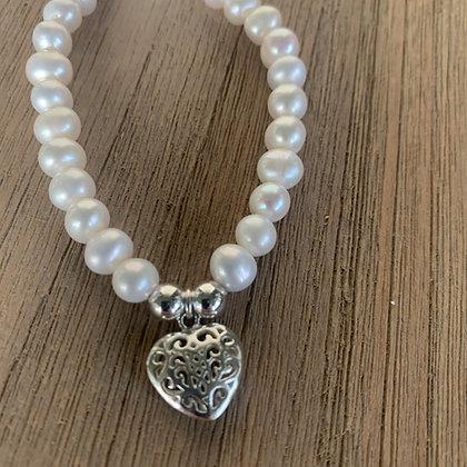 Pearl bracelet with filigree heart