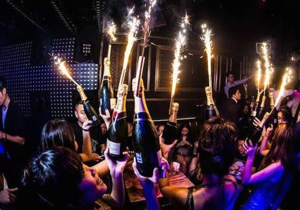 Using_Bottle_Sparklers_At_Clubs_grande.j