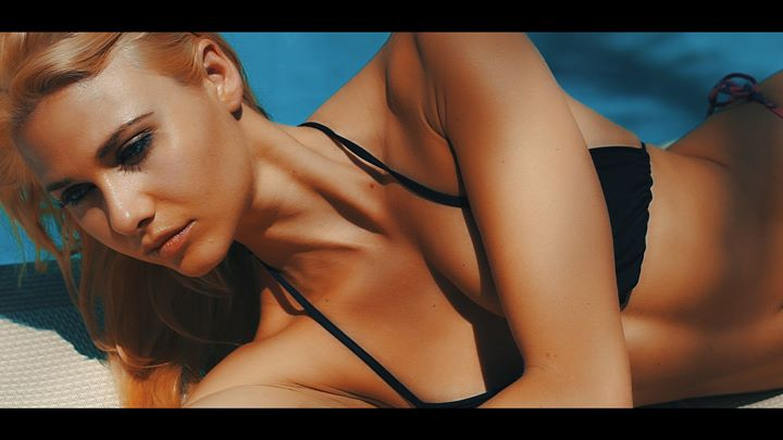 screenshot _sleep alone_ , model Johanna Kleen , beachwear Suzanne Jennerich , Kamera Dany Wild