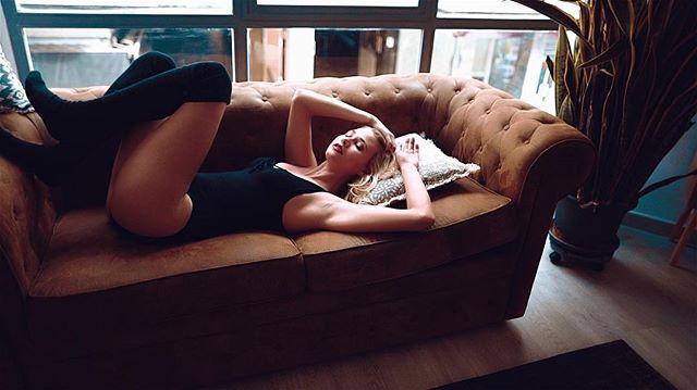 #shooting #roses #model #johannakleen #danywild #kontor #marcapasos #aicha #relaxing #window #body #