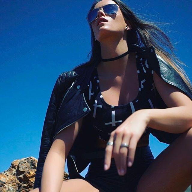 #shooting #desert #model #fashion #screenshot #funinthesun #blue #sky #leatherjacket #modeling #posi