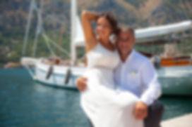 Влюбленная пара на фоне яхты