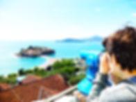 Турист смотри на остров Свет Стефан
