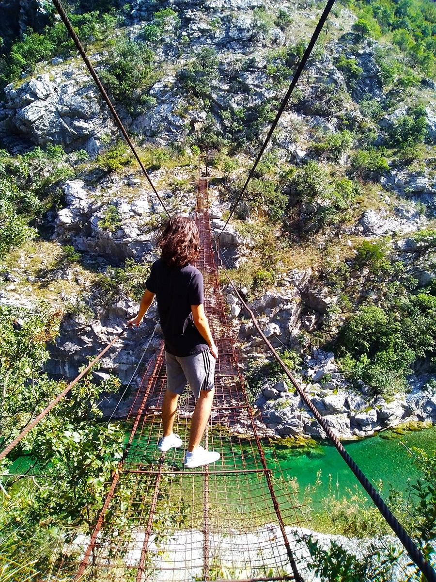 Мост через реку Морача Черногория, где находится подвесной мост каньон Морача