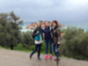 Туристки на фоне острова св. Стефан