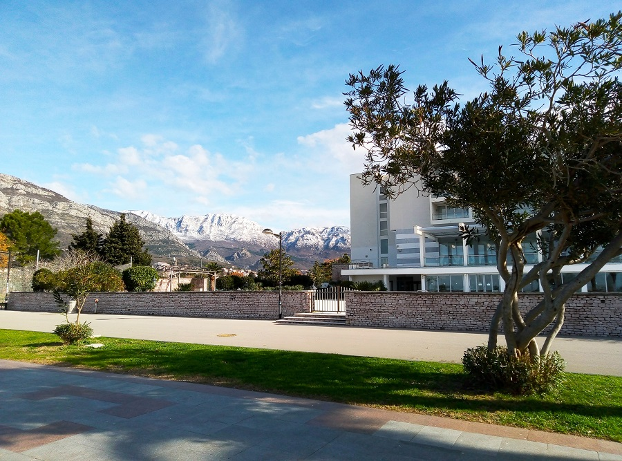 Набережная в Баре, Черногория. Отель Princess. Вид на гору Румия