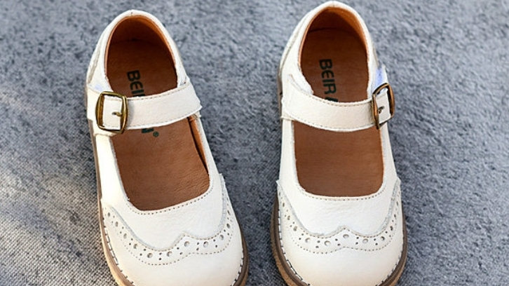 Leather retro shoes in cream/off white colour