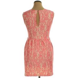 Rózsaszín, csipkehatású ruha háta