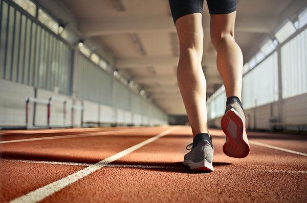 Un sportif sur une piste de course