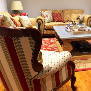 Living Room refined in red & gold