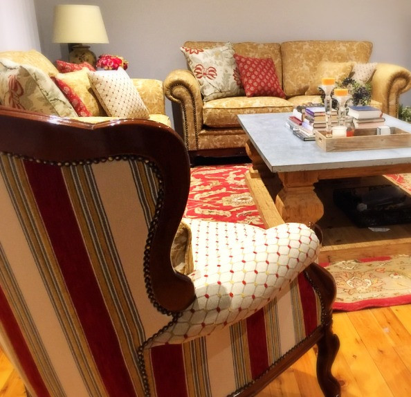 Furniture restoration - Living Room refined in red & gold