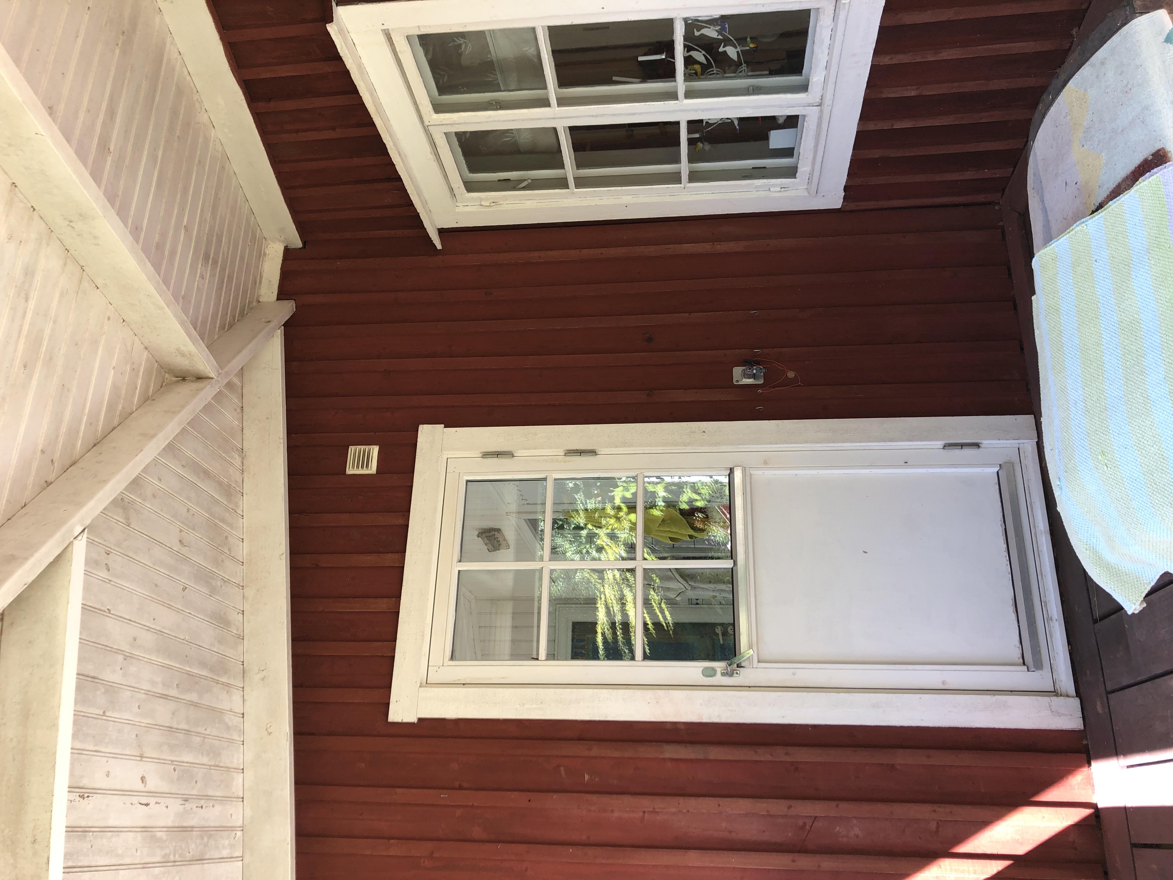 Träfasad, fönster och dörr innan