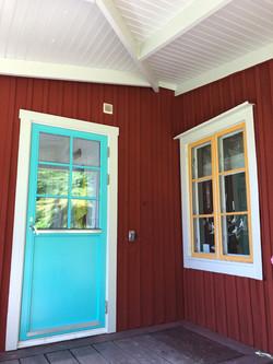 Träfasad, fönster och dörr efter