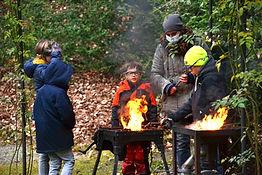 Gruppe am Feuer kleine.jpg
