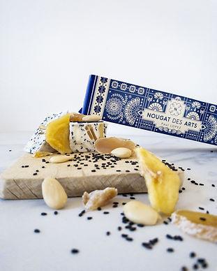 nougat au sésame noir, poire et gingembre confit avec des amandes blanche