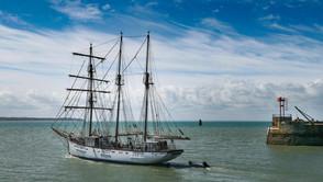 Le Marité quittant le port de Granville