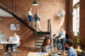 Pessoas de negócio em um espaço de coworking