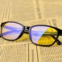 Blue light reducing spectacle lenses