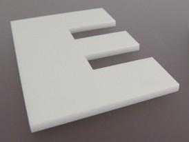 Lasergeschnittene Buchstaben aus Acrylglas in weiß
