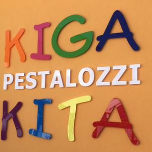 Acrylglasbuchstaben verschiedenfärbig