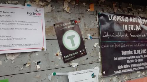 Ein Tad Time Flyer auf einer Plaktatwand