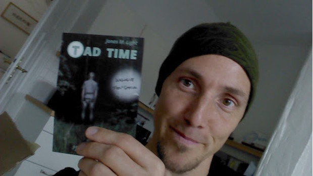Autor Jonas M. Light mit Flyer zu Tad Time #4