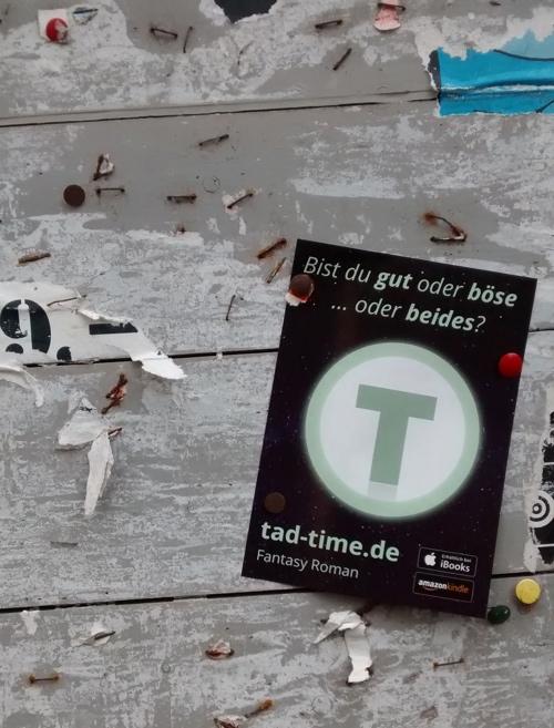 Ein Tad Time Flyer auf einer Plaktatwand in Nahaufnahme