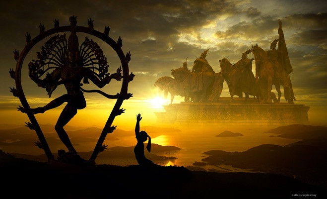 Fantasyszene: Frau macht Energieübung vor Shiva-Statue