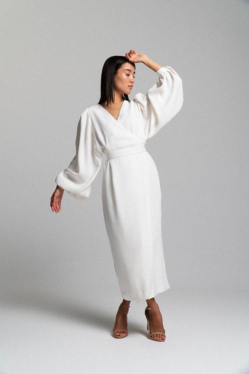 Платье на запахе с объемным рукавом