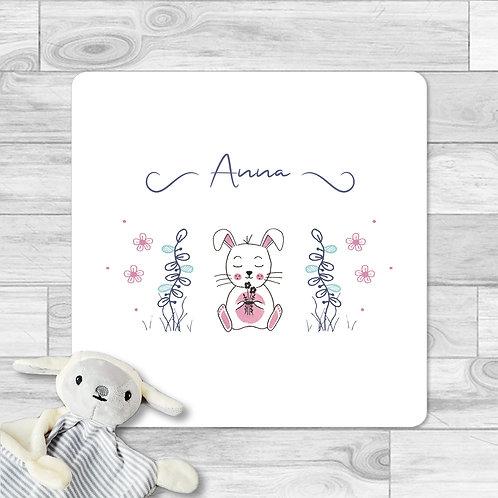 """Faire-part de naissance """"Mini lapin"""" pour bébé fille. Le lapin réalisé à l'aquarelle, plantes, fleurs, rose, violet."""