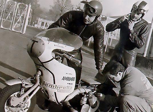 Alberto e la scuderia Ancillotti mentre preparano la Lambretta Innocenti 250 cc elaborata per i record del mondo di velocità di Elvington 66 e Monza 65