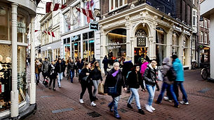 shopping-in-amsterdam-kalverstraat-who-i