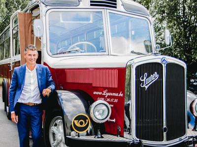 Rode vintage huwelijksbus regio Varsenar