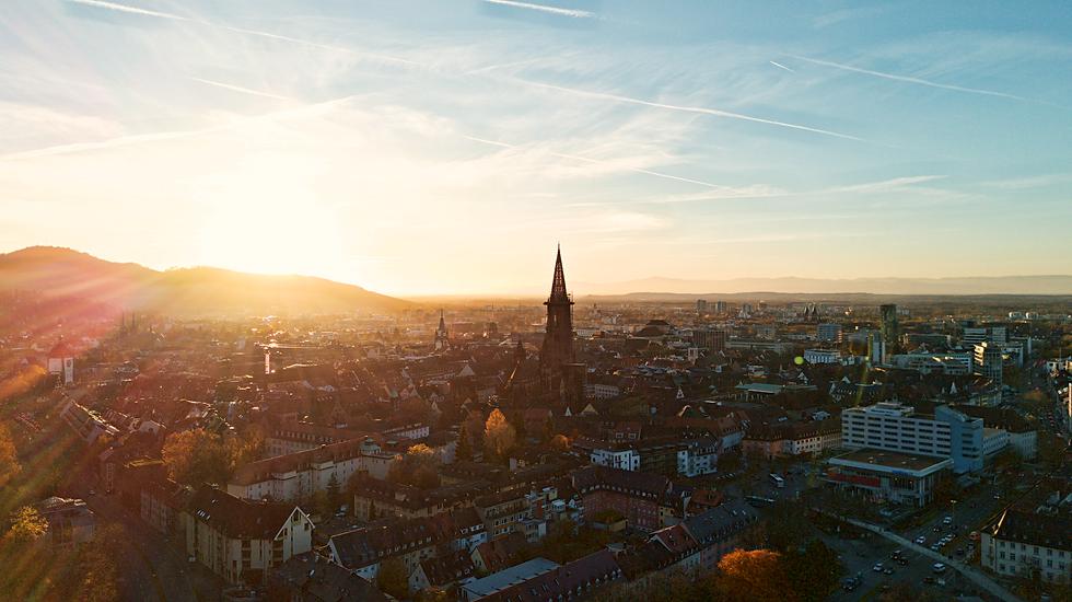 Drohnenfoto von Sonnenuntergang über dem Freiburger Münster