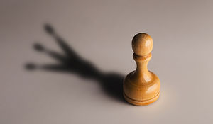 wooden-chess-pawn-with-king-shadow-TN2KH
