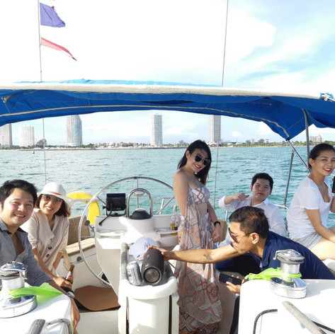 customer on sail yacht pattaya.jpg
