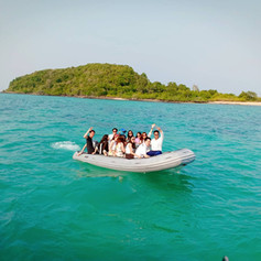 Dingy crusing in island area.jpg