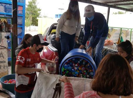 Escuela Superior de Tizayuca dona tapitas de plástico para niños con cáncer