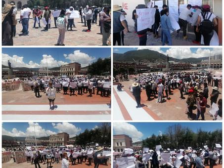 Vecinos de Cuautepec de Inojosa se manifiestan a las afueras de Palacio de Gobierno