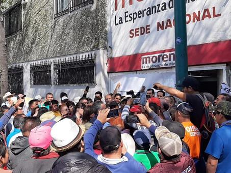 MORENISTAS DEL ESTADO DE HIDALGO SE MANIFIESTAN A LAS AFUERAS DE LA SEDE NACIONAL DE MORENA