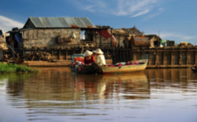 Donne cambogliane navigano su una barca