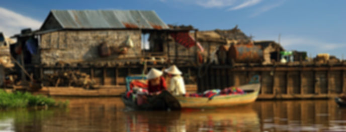 Donne cambogine che navigano