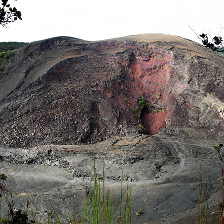 Kilauea Iki, walk down to the throat of an historic volcano