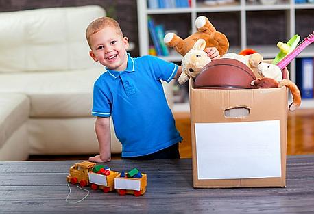 Kinder verkaufen ihre gut erhaltenen Spielsachen