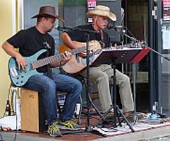 Ein Dj und Livebands sorgen für musikalische Unterhaltung