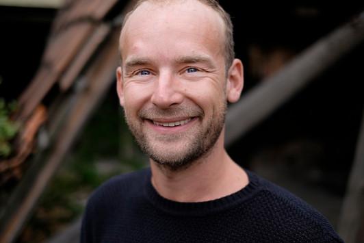 Felix Schlebusch lächelt sympathisch in Kamera.