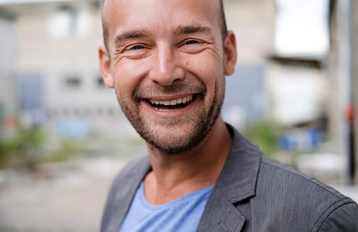 Felix Schlebusch lächelt freundlich in die Kamera.