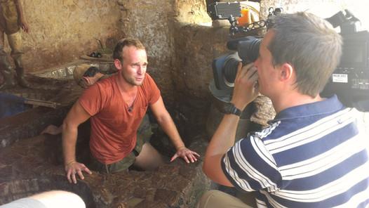 Felix Schlebusch begleitet in Fès, Marokko, einen Gerber bei seiner Arbeit und wird dabei für Galileo gefilmt.