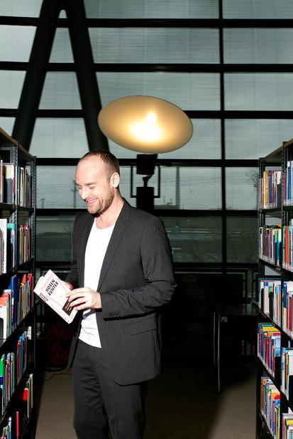 Felix Schlebusch in der Dortmunder Stadtbibliothek beim Blick in ein Lebensberatungsbuch.